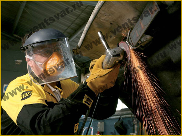 Шлифовальные работы с защитном щитке и респираторе Filtrair Pro для работ с горячим металлом